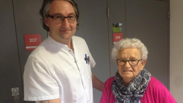 Der frühere Metallbauschlosser Renato Ugolini neben einer Patientin im Pflegeheim.