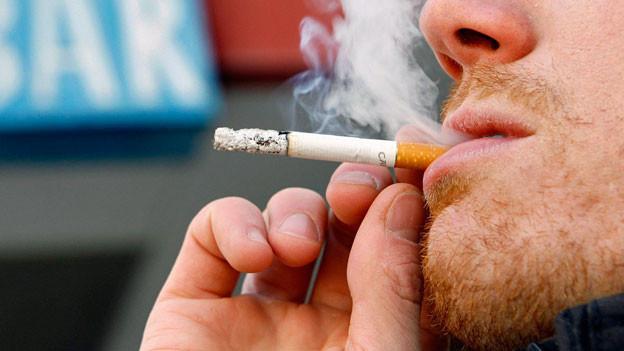 Der Anteil der jungen Raucherinnen und Raucher zwischen 15 und 19 Jahren steigt wieder an.