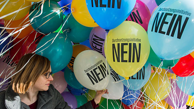Auf farbigen Ballons steht «Durchsetzungsinitiative Nein».