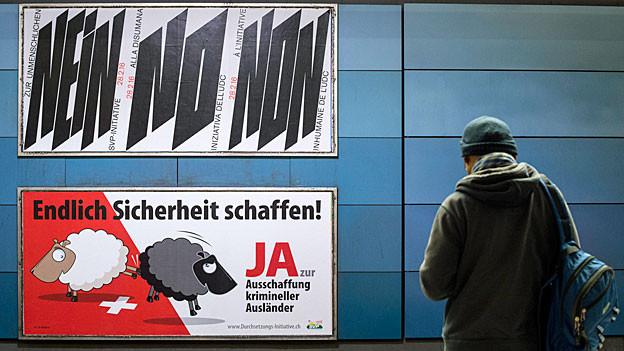 Ein Nein- und ein Ja-Plakat zur Durchsetzungs-Initiative an einer Mauer.