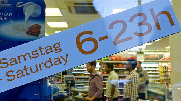 «Samstag 6-23h» steht auf der Glasscheibe eines Ladens.