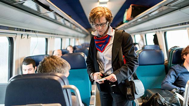 Eine SBB-Zugbegleiterin kontrolliert Billette.