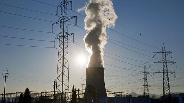 Strommasten und Stromleitungen neben dem Kühlturm des AKW Gösgen.