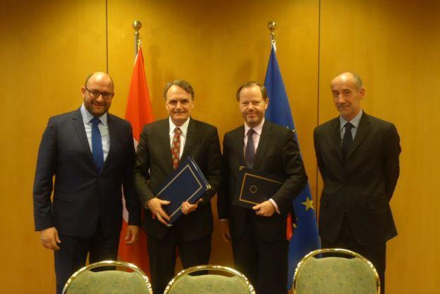 Die Schweizer und EU-Verhandlungsdelegation posieren nach Unterzeichnung des Personenfreizügigkeitsprotokolls mit Kroatien.