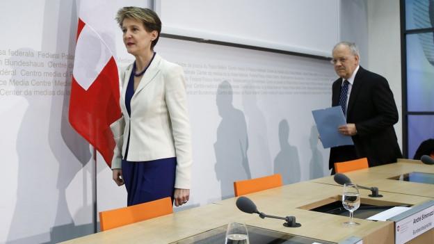 Simonetta Sommaruga und Johann Schneider-Ammann an einer Medienkonferenz zur Zuwanderungsinitiative.