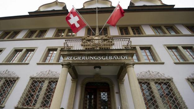 Gebäude mit Schweizer und Schwyzer Flagge.