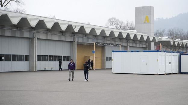 Zwei Asylbewerber laufen über den Waffenplatz in Thun.