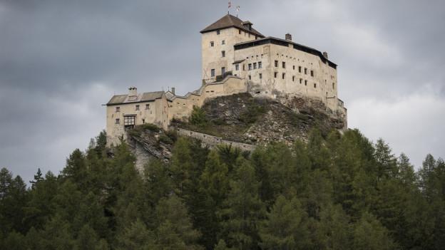 Das Bild zeigt das Schloss Tarasp auf seinem Felsenthron.
