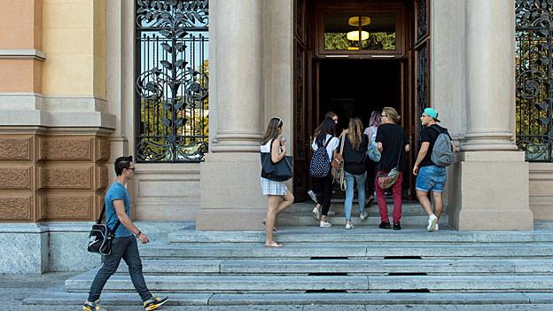 Schüler und Schülerinnen betreten das Gymnasium in Lugano.