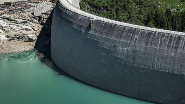 Das Bild zeigt den Staudamm des Zevreilasees im Kanton Graubünden.