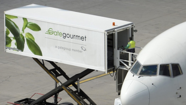 Aus einem Container des von Gategourmet wird ein Flugzeug beladen.