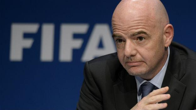 In den Panama Papers findet sich offenbar auch ein dubioser Vertrag, der den Fifa-Präsidenten belastet.