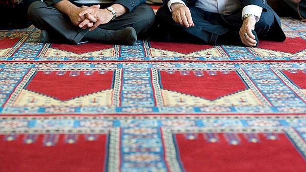 Muslime vor dem Gebet im türkisch-islamischen Zentrum in Ostermundigen bei Bern.