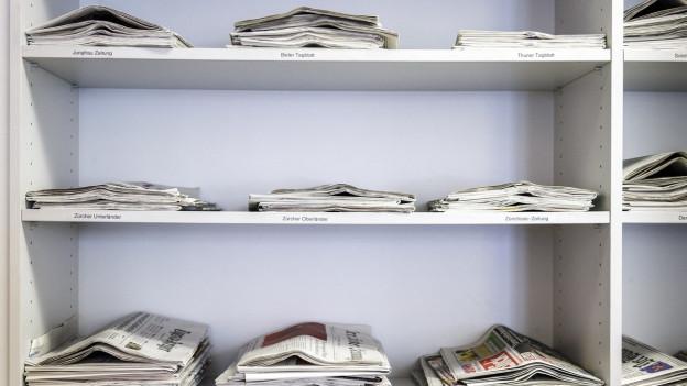 Verschiedene Schweizer Zeitungen, aufgelegt in der Schweizer Journalistenschule MAZ in Luzern.