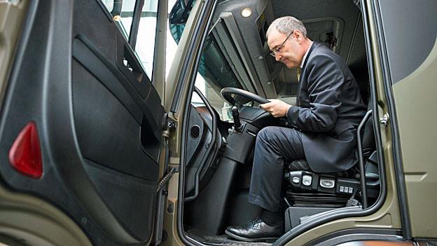 Verteidigungsminister Parmelin posiert in einem der neuen Iveco-Lastwagen der Schweizer Armee.