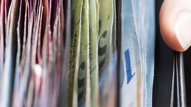 Verschiedenfarbige Geldnoten in einer Geldbörse