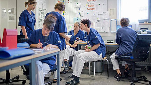 Pflegemitarbeiterinnen im Spital von Flawil halten eine Sitzung ab.