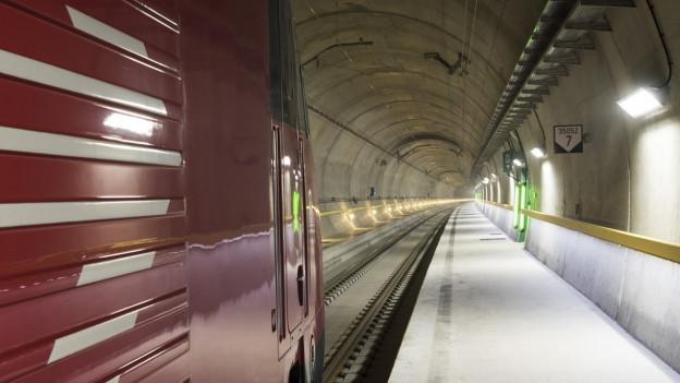 Ein Testzug im Gotthard-Basistunnel, der am 1.Juni eingeweiht wird.