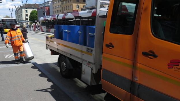 Frauenfelder Werkhofmitarbeiter beim Leeren von Abfallkübeln.