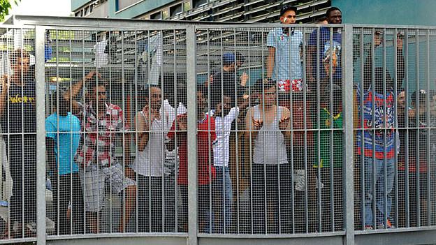 Asylsuchende warten im Asylzentrum in Chiasso auf ihre Rückschaffung nach Italien.