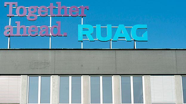 Das Logo auf dem Dach der Ruag-Spacehalle in Emmen.