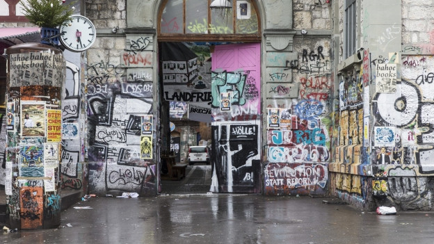 Gebäudetor über und über mit Graffitti verziert.