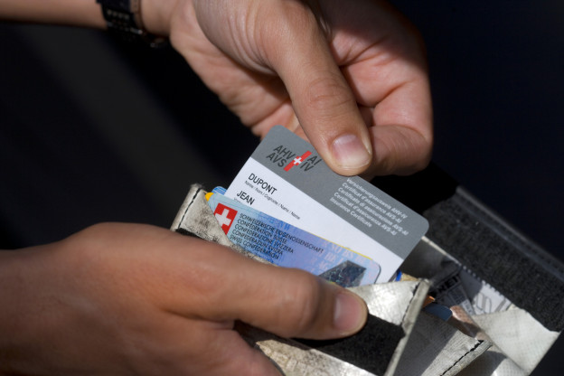 Ein AHV-Ausweis in einem Portemonnaie.