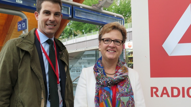 SP-Nationalrätin Edith Graf-Litscher (rechts) und FDP-Nationalrat Thierry Burkart haben am Bahnhof Bern über die künftige Verkehrspolitik diskutiert.