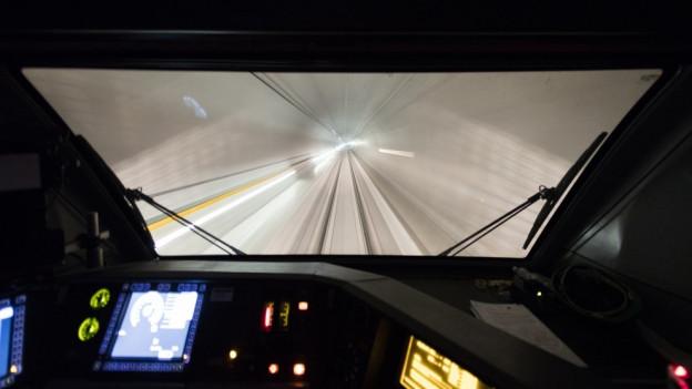 Blick aus dem Führerstand in den Tunnel.