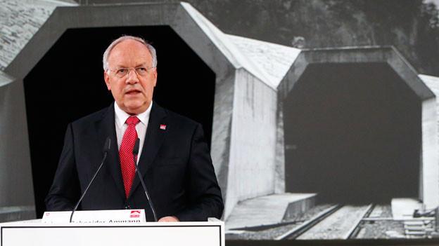 Bundesrat Johann Schneider Ammann bei der historischen Eröffnung in Erstfeld UR.