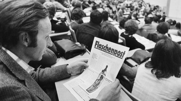 Ein Mann hält das Flugblatt in den Händen, Zürich 25. November 1975.