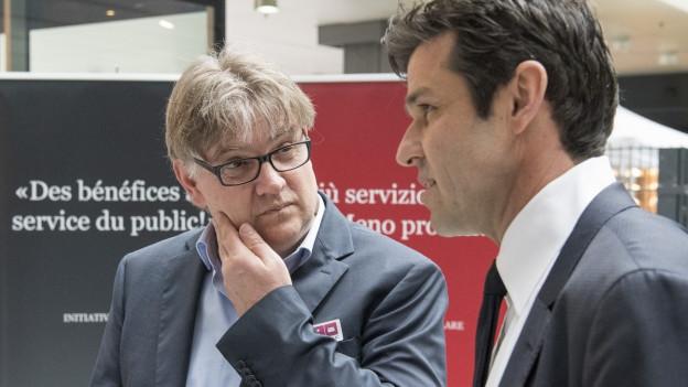 Das Bild zeigt Peter Salvisberg, Initiant der Service-public-Initiative, im Gespräch mit SP-Nationalrat und Initiativ-Gegner Matthias Aebischer während des Abstimmungssonntags am Bahnhof Bern.