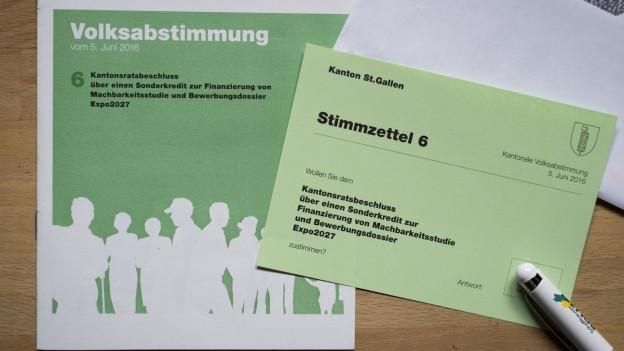 Zu sehen sind die hellgrünen Stimmzettel, mit denen im Thurgau und St. Gallen über die Planungsklredite abgestimmt wurde.