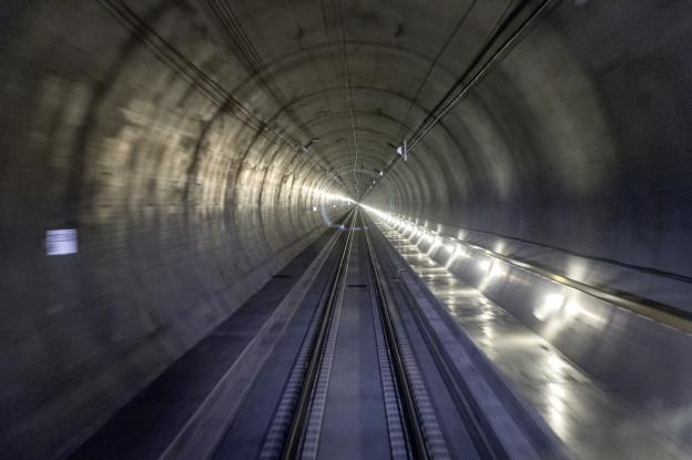 Blick in den Gotthard-Basistunnel aus dem führerstand einer Lokomotiv