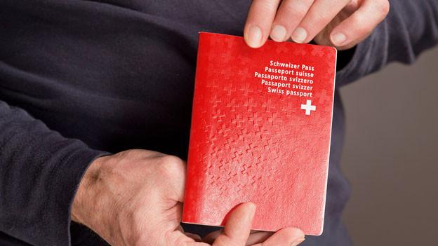 Schweizerisch-ausländischen Doppelbürgern darf das Schweizer Bürgerrecht entzogen werden, wenn sie ein schweres Verbrechen im Rahmen von terroristischen Aktivitäten, gewalttätigem Extremismus oder der organisierten Kriminalität begehen.