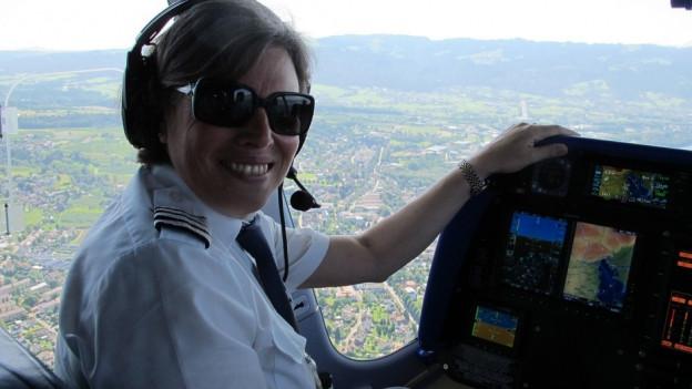 Zeppelinpilotin Katherine Board in ihrem Cockpit.