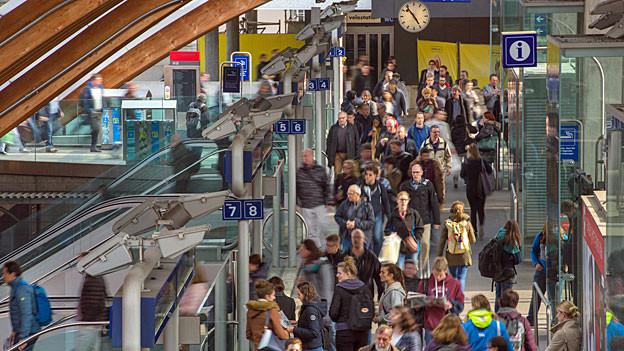 Pendlerströme im Bahnhof Bern.