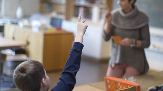 Eine Lehrerin unterrichtet in einer Klasse.