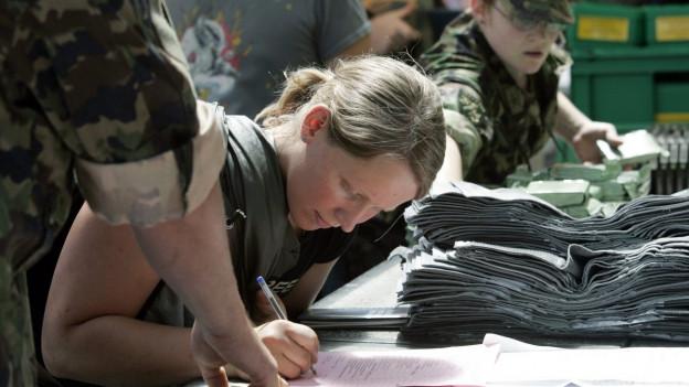 Eine Rekrutin beim Einrücken in die Sommer-Rekrutenschule.