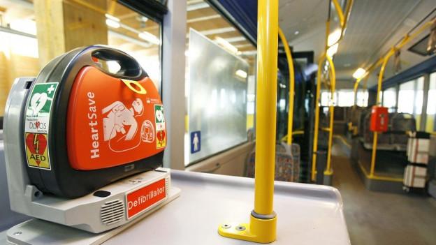 Ein Defibrillator in einem Bus.