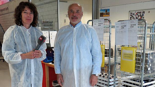 Susanne Brunner und Ronnie Bernheim beim Rundgang in der «Mondaine»-Fabrik im solothurnischen Biberist.