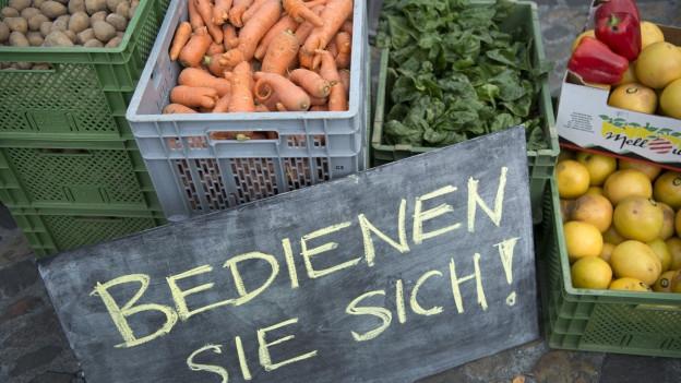 Kisten mit Gemüse an einer Veranstaltung gegen Foodwaste in Basel Anfang Mai.