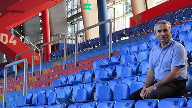 Mustafa Atici in den leeren Rängen des St. Jakob-Stadions.