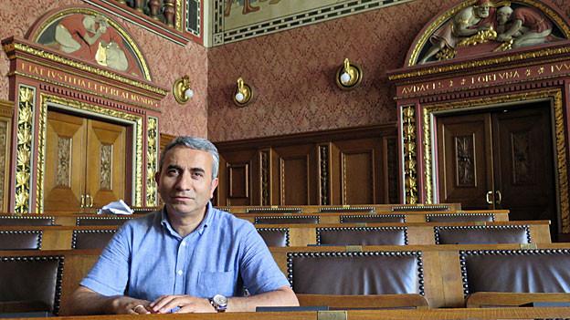 Mustafa Atici im Grossratssaal im Basler Rathaus.