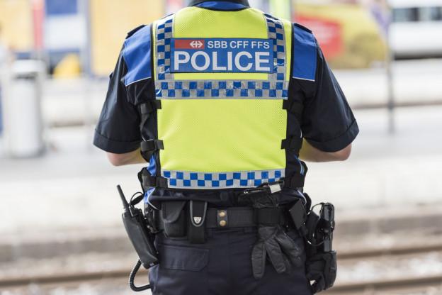 Bahnpolizist auf einem Perron.
