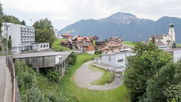 Im Hotel Löwen (links), direkt neben dem Schulhaus von Seelisberg, war das Asylzentrum geplant.