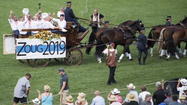 Ein Pferdewagen auf dem Gelände von Estavayer, er ist mit Zoug 2016 angeschrieben.