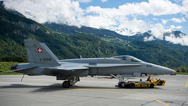 Ein F/A-18-Kampfjet der Schweizer Luftwaffe auf dem Militärflugplatz von Meiringen.