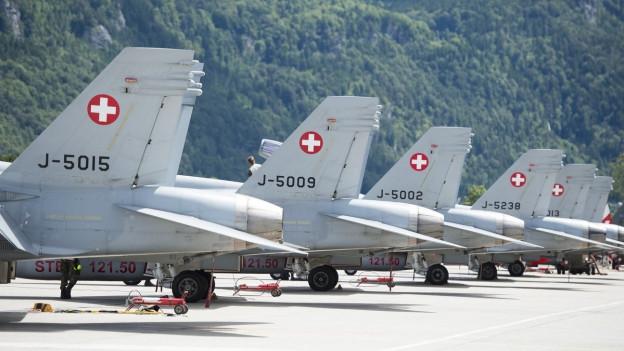 F/A-18-Flugzeuge der Schweizer Armee auf dem Militärflugplatz in Meiringen.