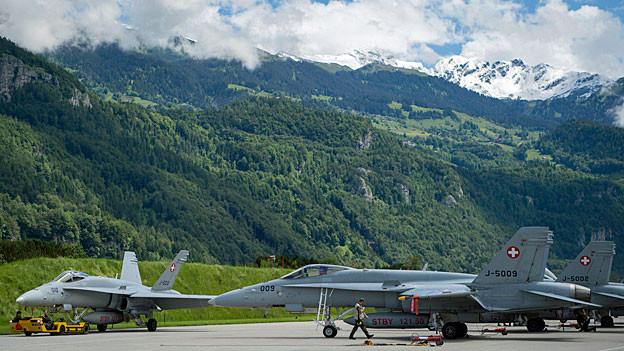 Drei F/A-18-Kampfjets stehen auf dem Militärflugplatz in Meiringen.